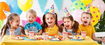 Dziecka ` s urodziny szczęśliwi dzieciaki z tortem fotografia royalty free
