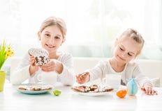 Dziecka ` s wręcza brać ciastka od stołu Zdjęcie Stock