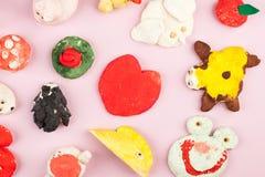 Dziecka ` s wykonuje ręcznie od solonego ciasta - różni zwierzęta, serce, kwiaty malujący z kolorami Obraz Royalty Free