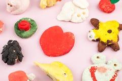 Dziecka ` s wykonuje ręcznie od solonego ciasta - różni zwierzęta, serce, kwiaty malujący z kolorami Zdjęcie Stock