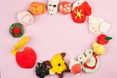 Dziecka ` s wykonuje ręcznie od solonego ciasta - różni zwierzęta, serce, kwiaty malujący z kolorami, kopii przestrzeń Fotografia Royalty Free
