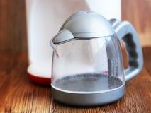 Dziecka ` s zabawka - elektryczny czajnik Klingerytu zabawkarski teapot Zdjęcie Royalty Free