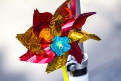 Dziecka ` s zabawka ręczny wiatraczek ręczny nawiewnik instrument pokazuje wiatrowego dmuchanie wiatrowy metr zdjęcia stock
