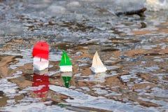 Dziecka ` s zabawki łodzie unosi się w wodzie outdoors Obraz Stock