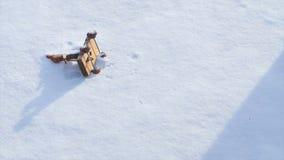 Dziecka ` s zabawki lying on the beach w śniegu i kobieta bierzemy je Mała bałwan zabawka W śniegu Ręka Bierze boże narodzenia Ba Obrazy Royalty Free