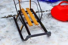 Dziecka sanie z metali biegaczami i drewnianym siedzeniem Zdjęcia Royalty Free