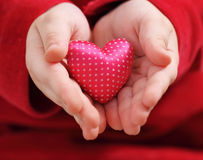 dziecka serce trzyma atłasowego valentine Zdjęcia Royalty Free