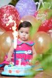 Dziecka spojrzenie na urodzinowym torcie zdjęcie stock