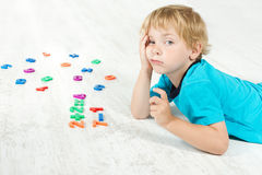 Dziecka studiowania matematyki. Obraz Stock