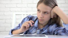 Dziecka studiowanie na pastylce, dziewczyna Pisze w Szkolnej klasie, Uczy si? Robi? pracie domowej