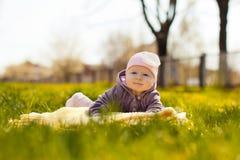 dziecka trawy kłamstwo Zdjęcia Stock