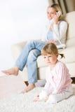 dziecka utrzymania matki izbowy telewizyjny zegarek zdjęcie stock