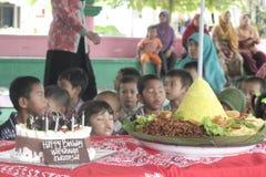 DZIECKA WPÓLNIE WCZESNEGO uwolnienia dnia odświętności nauczyciele Z tortem I rożkiem obrazy royalty free