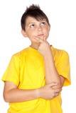 dziecka zadumany koszula t kolor żółty Zdjęcie Royalty Free