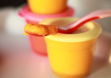 dziecka zbliżenia jedzenie domowej roboty Obrazy Stock