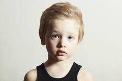 Dziecko. Śmieszny Little Boy. Przystojna chłopiec z niebieskimi oczami Obrazy Royalty Free