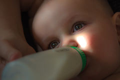 Dziecko Śpiąca butelka - karmiący Zdjęcie Royalty Free