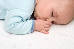 dziecko śpi ssie kciuk. fotografia stock
