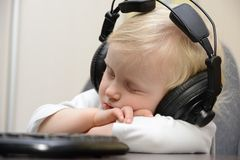 Dziecko śpi z hełmofonami Zdjęcia Royalty Free