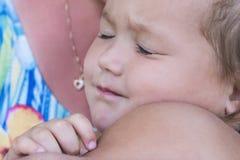 Dziecko śpi z jego matką w rękach obrazy stock