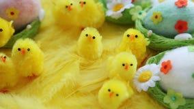 Dziecko żółta wielkanoc bawi się kurczątka i jajka na tle piórka Świąteczny wideo kartka z pozdrowieniami zbiory wideo