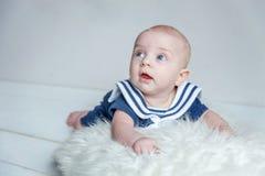 Dziecko żeglarz na białej poduszce zdjęcie stock