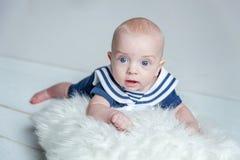 Dziecko żeglarz na białej poduszce fotografia royalty free