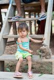 Dziecko żywieniowa opieszałość z zielenią opuszcza na drewnianych schodkach Zdjęcia Royalty Free