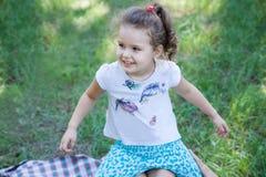Dziecko baraszkuje w naturze Zdjęcia Royalty Free