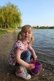 Dziecko bawić się z pail i łopatą zdjęcia stock