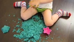 Dziecko bawiÄ…ce siÄ™ piaskiem kinetycznym w domu zbiory