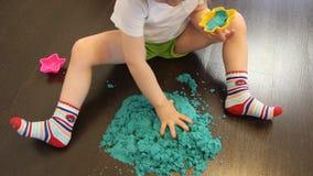 Dziecko bawiÄ…ce siÄ™ piaskiem kinetycznym w domu zdjęcie wideo