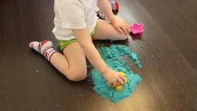 Dziecko bawiÄ…ce siÄ™ piaskiem kinetycznym w domu zbiory wideo