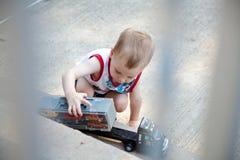 dziecko bawić się ciężarówkę Zdjęcie Stock