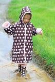 dziecko bawić się deszcz Zdjęcia Royalty Free
