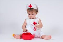 Dziecko bawić się jako lekarka z strzykawką zdjęcia stock