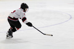 Dziecko bawić się mniejszościowego hokeja Fotografia Royalty Free
