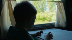 Dziecko bawić się mobie grę w pociągu zbiory