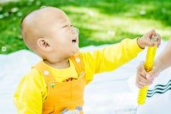 Dziecko bawić się na macie w parku Fotografia Stock