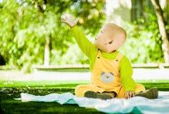Dziecko bawić się na macie w parku Zdjęcia Stock