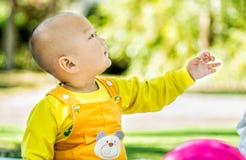 Dziecko bawić się na macie w parku Zdjęcie Stock