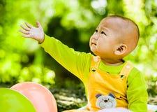 Dziecko bawić się na macie w parku Obrazy Stock