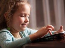 Dziecko bawić się na pastylce Obrazy Royalty Free