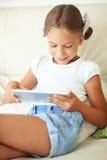 Dziecko bawić się na pastylka komputerze osobistym obrazy stock