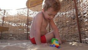 Dziecko bawić się na plaży zdjęcie wideo