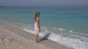 Dziecko Bawić się na plaży, dziewczyna Patrzeje morze fale, dzieciaka dopatrywanie na Seashore obraz royalty free