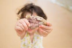 Dziecko Bawić się na plaży w Oahu Hawaje Obraz Stock
