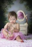 Dziecko bawić się przy dresser zdjęcia royalty free