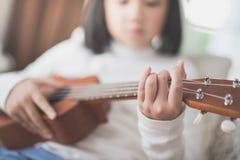 Dziecko bawić się ukulele Obraz Stock