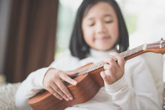 Dziecko bawić się ukulele Obrazy Stock